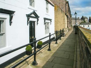 THE PREACHER'S HOUSE, luxury historic cottage, harbour views, WiFi, excellent, Berwick upon Tweed