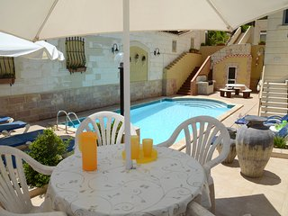 3 bedroom apartment, Swimming Pool, Landscape gardens, Ocean views Wifi TV