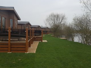 *Beautiful 8 Berth Lodge* *Own Fishing Pad* *Jacuzzi* *87 Acres of Woodland*, Tattershall