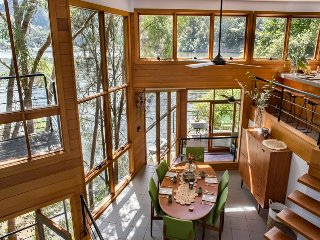 Riverfront 'Tree House' Escape, 8 Dusthole Point, Berowra Waters