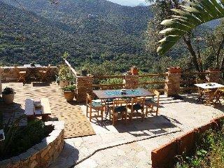 Terrasse plein sud vue sur les villages et les montagnes