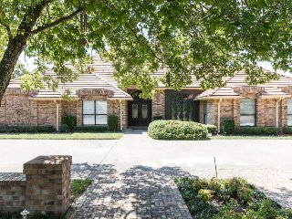 Simply Beautiful, Sleeps 18 - 4800 Sq ft on .75 Acre in White Rock Area (Dallas)