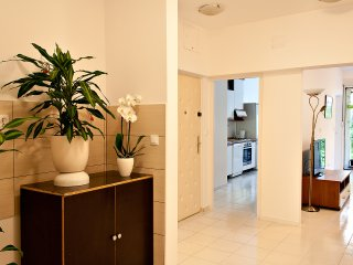 Comfy & Sunny Split City Apartment with FREE PRIVATE PARKING IN GARAGE