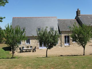 Large house 15 mins to Mont St Michel and 30 mins sandy beaches, sleeps 10