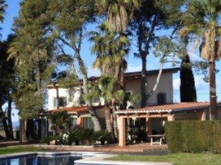 Fantástica casa con piscina y jardín de 4.000m2