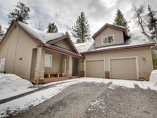 Beautiful escape near Payette Lake w/ deck, grill & firepit!