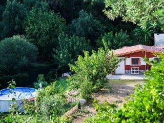 chalet di campagna immerso nella natura con piscina, giardino e alberi da frutto
