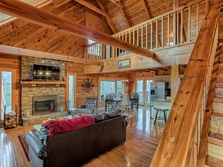 Mtn Haven Log Cabin, 5bd, 3Ba, WiFi, GameRm, Hot Tub, Breathtaking Mtn Viesw