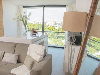 Modern CONDO for 4, steps to the 5th AV and blocks to the BEACH!