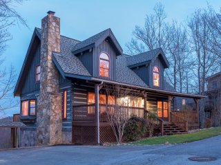 MOUNTAIN HAVEN-5 BD/3BA/WI-FI/HOT TUB/THEATRE & GAME-GORGEOUS MTN VIEWS/SLEEP 14, Gatlinburg