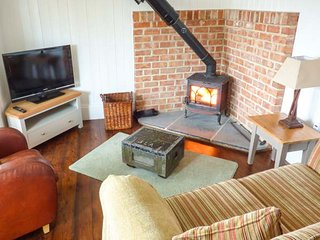 BEE GARTH detached, romantic retreat, woodburning stove, patio, in Castleton