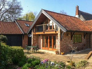 LOWBROOK HOUSE COTTAGE, romantic, pet-friendly, lawned garden, in Dickleburgh