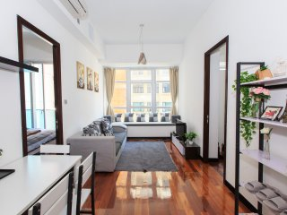 Luxurious 2 Bedroom apt with rooftop pool and gym right at the heart of the city