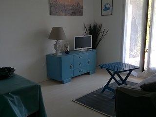 Appartement F2 en rez-de-jardin et terrasse avec acces direct a la plage