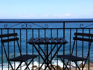 Coastal Studio, central apartment with amazing sea view and balcony on the sea, Cefalu