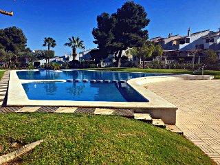 Apartamento con piscina y vistas a un paso de la playa.