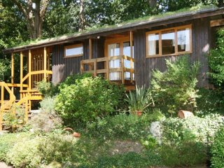 Beautiful & peaceful detached Eco-Lodge, 30-40 mins to city center