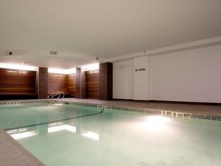 Sun Drenched Private Room, Luxury Building w/Pool, Jacuzzi, Gym, Lounge