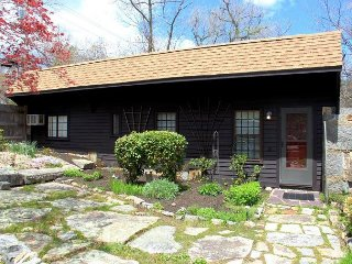 Granite Courtyard: Charming cottage in Rockport with private deck and views