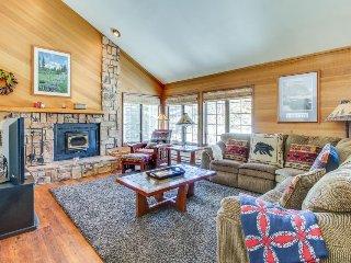 Enjoy a spacious rental near the ski slopes with shared pool, hot tub, & sauna, Mammoth Lakes