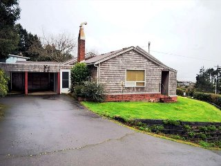 BEACH BUNGALOW ~ Classic Beach Home - Across the street from the beach!, Nehalem
