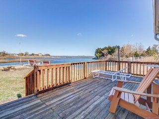 Dog-friendly bayfront cottage w/ Ocean City skyline & water views