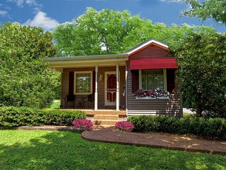 1 Bedroom Adult Rental ~ Kitchen, Jacuzzi, WiFi. Quiet & Serene: Magnolia Cabin