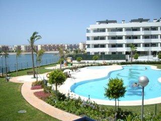 Piso en frente del Mar y de un Lago. Residencial con piscina gimnasio columpios