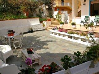 AL053A - Appartamento 6 posti 50 metri spiaggia, climatizzato e con giardino