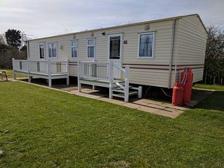 GOLDEN PALM 3 - 8 BERTH PET FRIENDLY  CARAVAN  VERANDA  NEXT TO SPORTS COURTS