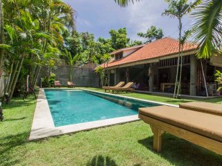 4 bedrooms villa sleep 12 pax 700m from Beach