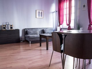 M15 apartment in Stare Miasto with WiFi & airconditioning.