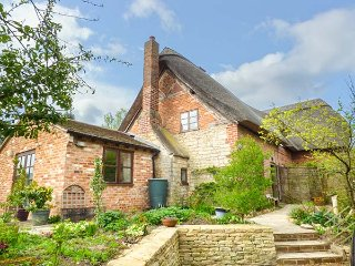 APPLEDENE, semi-detached thatched cottage, WiFi, garden, in Bredon's Norton, nr