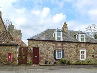 KIRKGATE COTTAGE, open fire, pet-friendly, WiFi, pub 1 min walk, in Chirnside, R