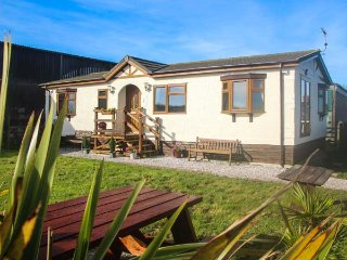 THE VIEW delightful bungalow, en-suite, WiFi, enclosed garden, sea views, Hartla
