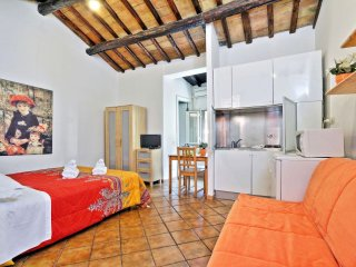 Spacious Baccina Monti apartment in Centro Storico with WiFi & integrated air co