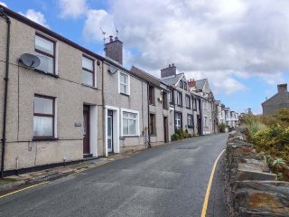 4 NODDFA, terraced, romantic retreat, hill and estuary views, in
