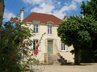 Stlyish 3 bedroom, 3 bathroom house/gite 5 mins from Beaune for holiday rental