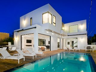Ultra Modern Beverly Hills Villa with Bright, Clean Spaces and Beautiful Pool