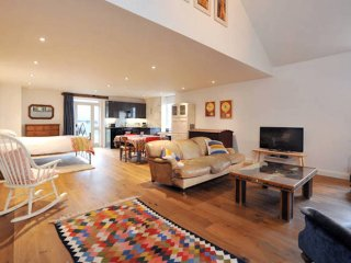 Very Cool, Farm Apartment with Stunning Countryside Views, Near Bath (CN)