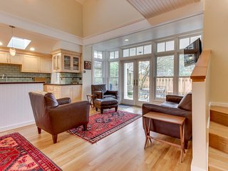 Spacious modern home in Laurelhurst w/ easy access to restaurants & more!, Portland