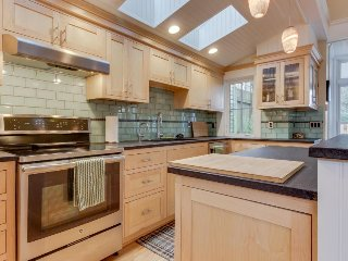 Spacious modern home in Laurelhurst w/ easy access to restaurants & more!