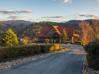 Mountainview getaway w/ spectacular views, game room, pool, & private hot tub, Sevierville