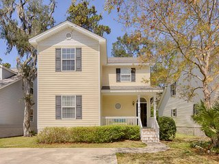 Charming home w/ yard & screened porch - ideal location, perfect for 2 families!, Saint Simons Island