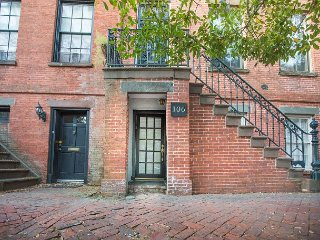 Stay Local in Savannah: Lovely 1st floor apartment on historic Jones Street!