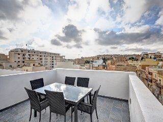 Duplex Penthouse - 2 bedroom in best location with large terrace & city views, Il Gzira