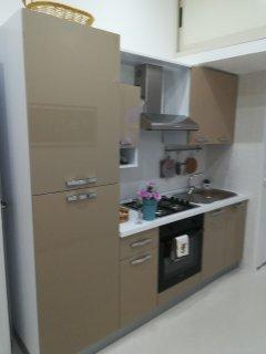 Cucina attrezzata di frigo,  Frizer,  forno e completa di stoviglie per gli ospiti della casa