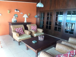 BEST VALUE Ocean Front ON THE BEACH 3 Bedroom Vill, Malmok Beach
