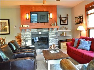 3BR Condo Facing Village/Hill, Free Shuttle, Year Round Hot Tub/ Sauna  / 215735