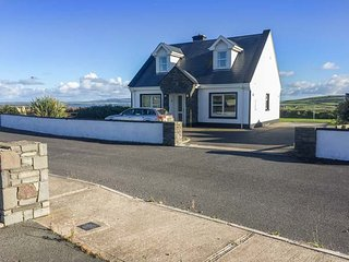 5 RINEVILLA VIEW, pet-friendly, sea views, open fire, en-suites, in Cross near C